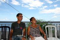 Pause sur le balcon pour Paul-Henri et Yvonne.