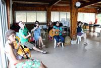 Le groupe Gan Ainm anime la danse.