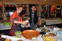 Dominique et Christian, dans la préparation du buffet.